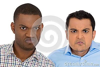 Hombres gruñones enojados cabreados descontentados