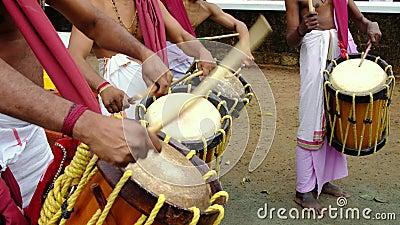 Hombres indios tocan el instrumento de percusión tradicional Chenda en Kerala, India almacen de metraje de vídeo
