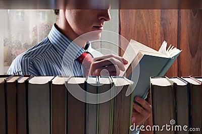 Hombres que leen un libro