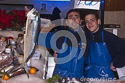 Hombres que venden pescados Foto editorial
