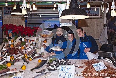 Hombres que venden pescados Foto de archivo editorial