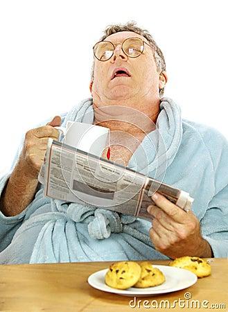 Homem adormecido no pequeno almoço
