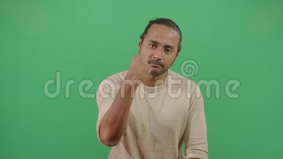 Homem adulto protestando com punho apertado video estoque