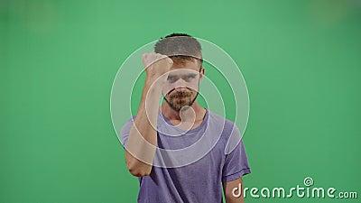 Homem adulto protestando com punho apertado filme