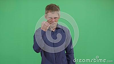 Homem adulto protestando com punho apertado vídeos de arquivo