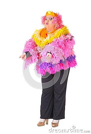 Homem alegre, rainha de arrasto, em um terno fêmea