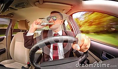 Homem bêbado que conduz um veículo do carro.