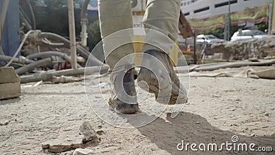 Homem caminhando pelo local de trabalho Seguir tiro aos pés de um trabalhador masculino em botas Pernas de Engenharia de Jovens filme