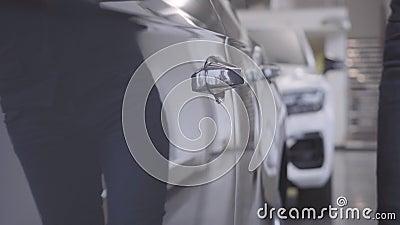 Homem Caucasiano irreconhecível em roupa elegante vindo para automóvel e abrindo porta de carro Proprietário levando seu carro de video estoque