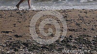 Homem caucasiano que corre o pé desencapado no Sandy Beach na onda do mar video estoque