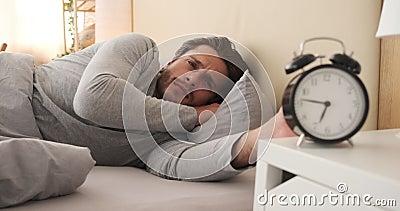 Homem chocado acordando com alarme video estoque