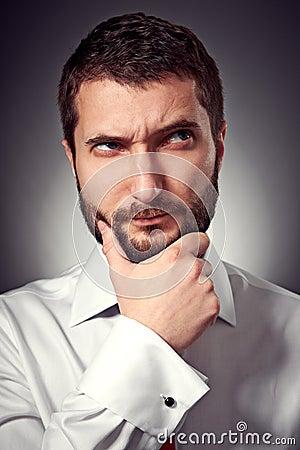 Homem com a barba que olha acima