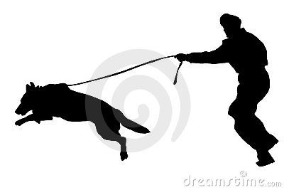 Homem com cão de polícia