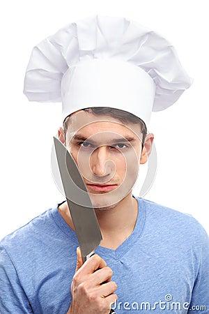 Homem com chapéu e facas do cozinheiro chefe