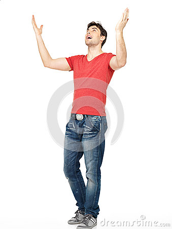Homem com no ocasional com as mãos levantadas isoladas acima
