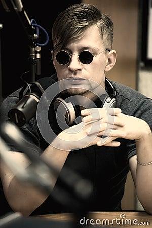 Homem com o microfone no estúdio
