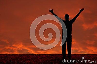 Homem com os braços estendidos