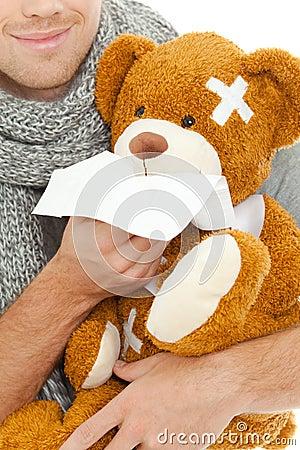 Homem com tecido e urso