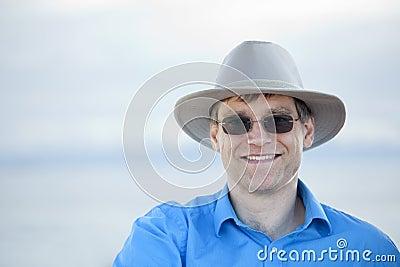 Homem considerável em anos quarenta adiantados, fundo azul