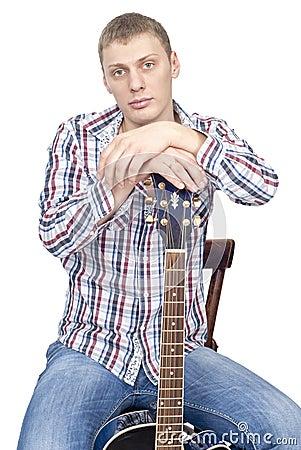 Homem considerável novo com guitarra