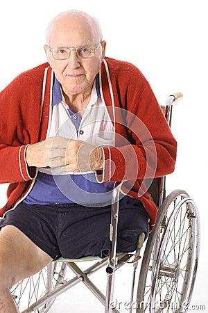 Homem da desvantagem na cadeira de rodas isolada no branco