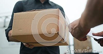 Homem de entrega que entrega o pacote ao cliente, ao fim acima em e e à caixa filme