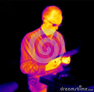 Homem de leitura infravermelho