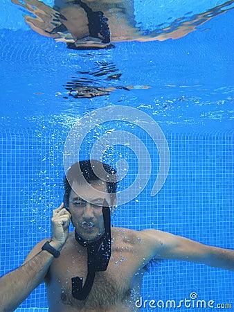 Homem de negócio chinês que fala ao telefone de pilha