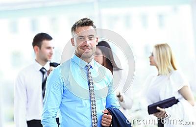 Homem de negócio com os colegas na parte traseira