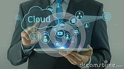 Homem de negócio que aponta na almofada da tabuleta do conceito dos meios da rede da nuvem filme