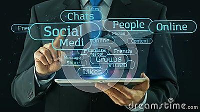 Homem de negócio que aponta na almofada social da tabuleta do conceito da rede dos meios video estoque