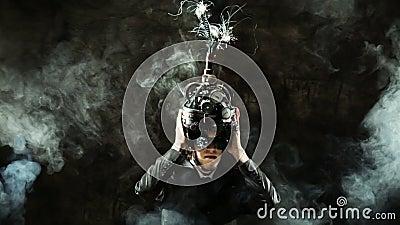 Homem de negócio que veste um capacete do cérebro-controle