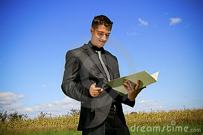 Homem de negócios com dobrador e telemóvel