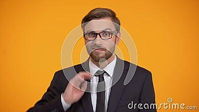 Homem de negócios confuso que risca a cabeça e que shrugging os ombros, falta do conhecimento video estoque