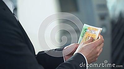 Homem de negócios que conta euro que quer enviar à família, transferências de dinheiro rápidas filme