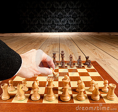 Homem de negócios que joga a xadrez