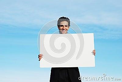Homem de negócios que prende a placa em branco