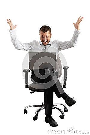Homem de negócios surpreendido que olha o portátil