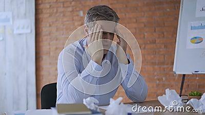 Homem de neg?cio virado que p?e as m?os sobre a cabe?a Homem deprimido que pensa sobre o neg?cio no escrit?rio na noite Homem de  filme