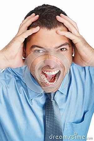 Homem de negócio irritado que grita na dor