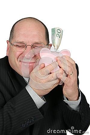 Homem de negócio que abraça o banco Piggy