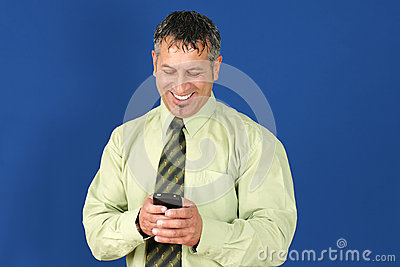 Homem de negócio que texting no telemóvel