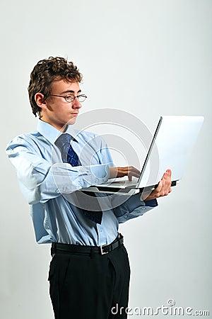 Homem de negócios que usa o portátil