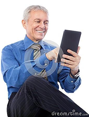 Homem de negócios que usa a tabuleta