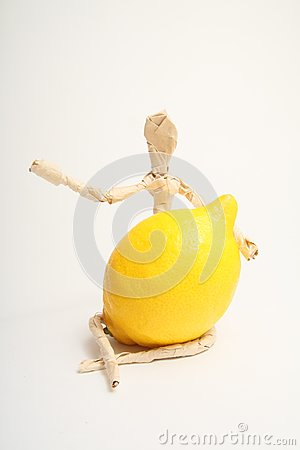 Homem de papel com fruto