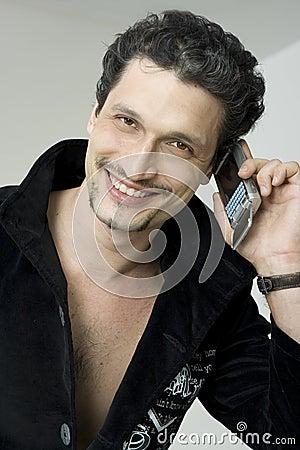 Homem de sorriso com telefone móvel
