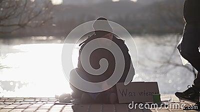 Homem desabrigado do veterano de guerra que implora na rua vídeos de arquivo