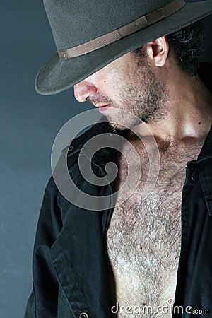 Homem do mistério que esconde sua face sob um chapéu