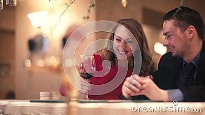 Homem e mulher no contador da barra vídeos de arquivo
