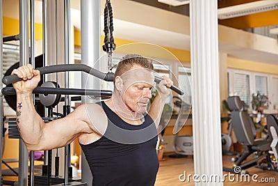 Homem em seus anos quarenta que exercita na ginástica
